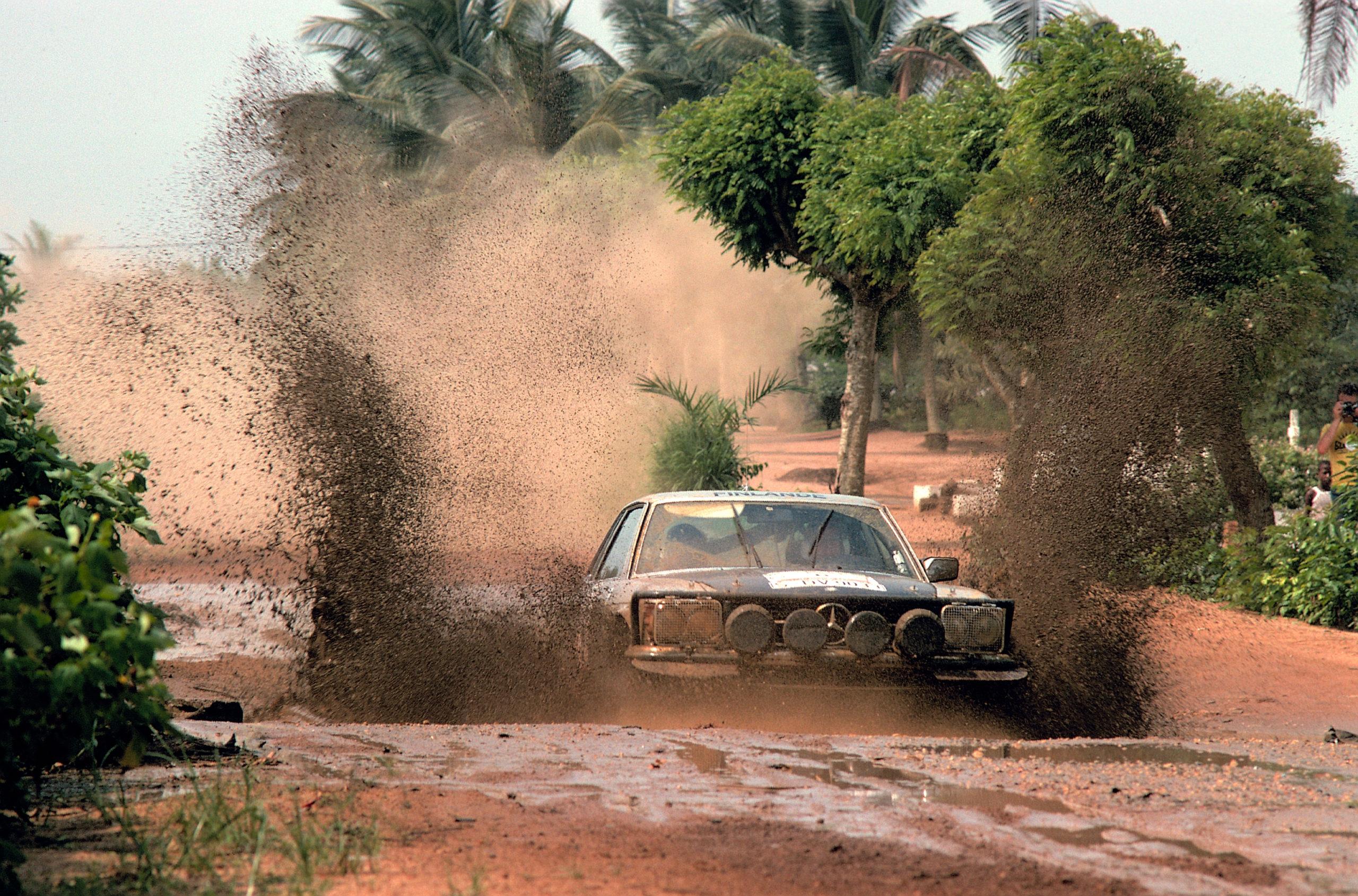 Hannu Mikkola's 450SLC ploughing through the Cote d'Ivoire
